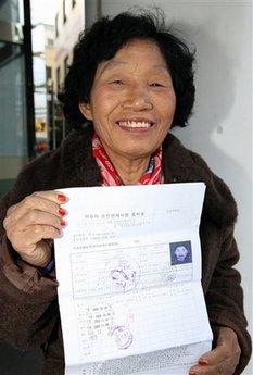 Cha Sa-soon con su certificado para realizar el examen